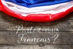Frankreich-Flagge auf Holztisch mit französischem Text, Konzept-Sprache a Lizenzfreie Stockbilder