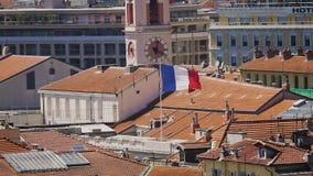 Frankreich-Flagge, die auf Gebäude von Palais de Justice, Nizza Hauptgerichtsgebäude flattert stock video