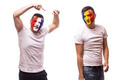 Frankreich gegen Rumänien auf weißem Hintergrund Fußballfane von Rumänien- und Frankreich-Nationalmannschaften Stockfotografie