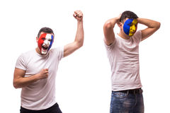 Frankreich gegen Rumänien auf weißem Hintergrund Fußballfane von Rumänien- und Frankreich-Nationalmannschaften Stockbild