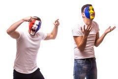 Frankreich gegen Rumänien auf weißem Hintergrund Fußballfane von Rumänien- und Frankreich-Nationalmannschaften zeigen Gefühle: Ru Stockfotos