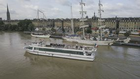 Frankreich, Gironde, Bordeaux, Juni, 18, 2018, Garonne-Fluss touristisches Boot der Vogelperspektive lizenzfreies stockfoto