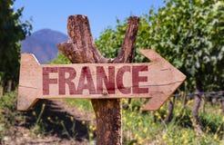 Frankreich-Holzschild mit Weinkellereihintergrund Lizenzfreies Stockfoto