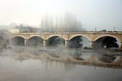 Frankreich, Loire Valley, Amboise, Nebel über Brücke mit Reflexion. Lizenzfreies Stockbild