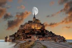 Frankreich, Mont Saint Michel an der blauen Stunde lizenzfreie stockfotos