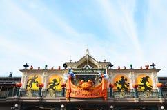 Frankreich, Paris, Disneyland, am 14. Oktober 2018 Einstiegstür mit Halloween-Dekorationen und alter Straßenlaterne stockfoto
