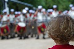 Frankreich, Paris - 14. Juli 2011 Das Kind betrachtet die letzten Vorbereitungen der Legionnäre vor der Parade Stockbilder