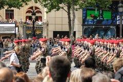 Frankreich, Paris - 14. Juli 2014: Teilnehmer und Zuschauer an der Parade zu Ehren des Franz?sischen Nationalfeiertags stockfotografie