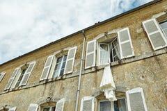 Frankreich-Schlossfenster mit Fensterläden Stockfotos
