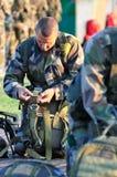 Frankrijk, Corsica, Calvi - circa, 2011 De parachutist controleert zijn valscherm alvorens te springen royalty-vrije stock foto