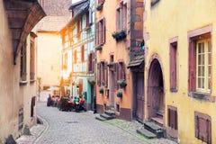 Frankrijk, de Elzas - Mei 24, 2015: Straat van de oude stad en de koffie Stock Fotografie