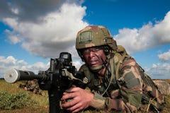 Frankrijk, het opleidingscentrum van een buitenlands legioen - circa, 2011 De legionair is op plicht tijdens een gevechtsopdracht Royalty-vrije Stock Foto