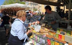 Frankrijk, Nice: Het winkelen bij de Bloemmarkt Royalty-vrije Stock Afbeelding