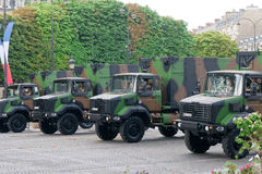 FRANKRIJK, PARIJS - JULI 14: De vrachtwagens bij militairen Royalty-vrije Stock Afbeelding