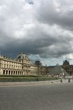 Frankrijk. Parijs. Louvre en glaspiramide Royalty-vrije Stock Foto's