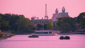 Frankrijk Pavillion, Zwaanhotel, en taxiboot die op meer in Epcot op Walt Disney World-gebied varen stock video