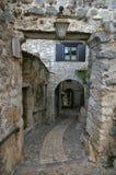 Frankrijk: smalle zijstraat van middeleeuws dorp royalty-vrije stock fotografie