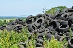Frankrijk, stapel van afvalbanden in Arthies Stock Foto