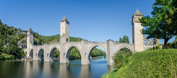 FRANKRIKE CAHORS sikt den medeltida bron i den Cahors staden Staden Royaltyfria Foton