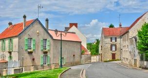 Frankrike den pittoreska byn av det Fontenay helgonet Pere i les Yv Arkivbild