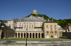 Frankrike den pittoreska slotten av La Roche Guyon Arkivfoto