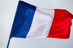 Frankrike flagga som vinkar på himlen Arkivbilder