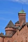 Frankrike; Haut Koenigsbourg slott i Bas Rhin arkivbild