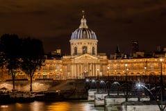 Frankrike Institut i Paris på natten Royaltyfria Bilder