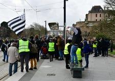 Frankrike Nantes - Februari 9, 2019: Protesthandling av 'de gula västarna på Alléen du Port Maillard arkivbilder