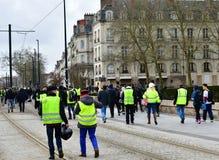Frankrike Nantes - Februari 9, 2019: Protesthandling av 'de gula västarna på Alléen du Port Maillard royaltyfria foton