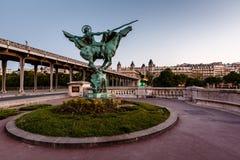 Frankrike pånyttfödd staty på Bir-Hakeim bron på gryning, Paris Royaltyfri Fotografi