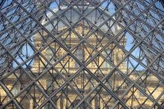 FRANKRIKE Paris 15 April 2015: Del av den glass pyramidingången till Louvre i Paris, Frankrike Arkivbild