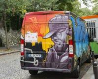 Frankrike Paris, Augusti 8, 2017: bil med grafitti i mitten av Paris Arkivfoto