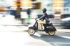 Frankrike Paris, Augusti 8, 2017: en man på en mopedridning till och med Paris Fotografering för Bildbyråer