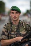 Frankrike Paris - 14 juli 2011 Legionärfotograf som utför skyttet av ståta på Champset-Elysees Royaltyfri Bild