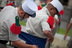 Frankrike Paris - 14 juli 2011 Legionnairescarry ut de sista förberedelserna för ståta på Champset-Elysees Royaltyfri Fotografi
