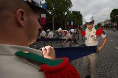 Frankrike Paris - 14 juli 2011 Legionnairescarry ut de sista förberedelserna för ståta på Champset-Elysees Arkivfoto