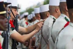 Frankrike Paris - 14 juli 2011 Legionnairescarry ut de sista förberedelserna för ståta på Champset-Elysees Arkivfoton