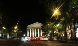 Frankrike Paris, La Madeleine Church på natten royaltyfria bilder