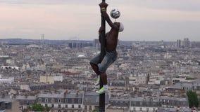 FRANKRIKE PARIS – MAJ 25: GATASHOW, Iya Traore - fotbollFreestylervirtuos som jongleras på lampstolpen med fotbollbollen stock video