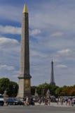 Frankrike, Paris, obelisk och Eiffeltorn, ställe de la Concorde - skottet Juli 24, 2015 - ode till Egypten Fotografering för Bildbyråer