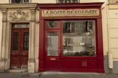 Frankrike Paris, 2019 - 04, små och medelstora företag Toy Soldier shoppar royaltyfria bilder