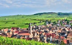 Frankrike pittoresk by av Riquewihr i Alsace Arkivbild