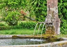 Frankrike pittoresk gammal springbrunn i Hunawihr Royaltyfri Fotografi