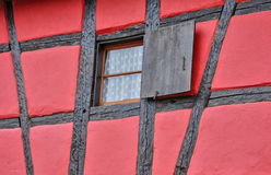 Frankrike pittoreskt gammalt hus i Eguisheim i Alsace Arkivbilder