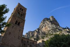 Frankrike - Provence - Moustiers Sainte Marie kyrka royaltyfri foto