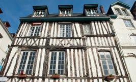 FRANKRIKE ROUEN - AUGUSTI 11 2012: Typisk byggnadsfasad träa Fotografering för Bildbyråer