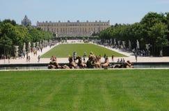 Frankrike turister i parcen av den Versailles slotten Royaltyfria Foton