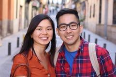 Frankt av asiatiska par utomhus fotografering för bildbyråer