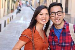 Frankt av asiatiska par utomhus royaltyfria bilder